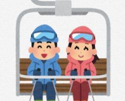 スキー場でリフトに乗っているカップル